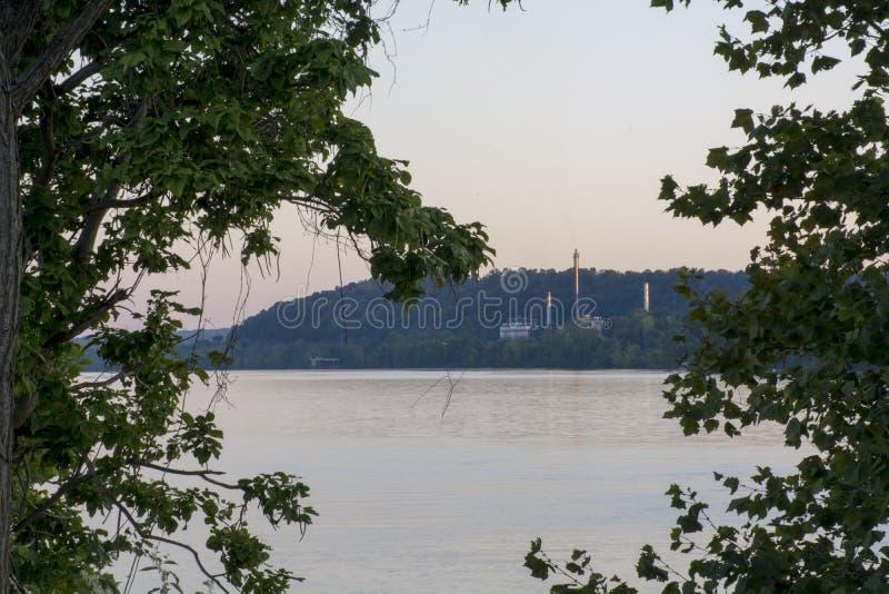 Industria en el río Ohio foto de archivo