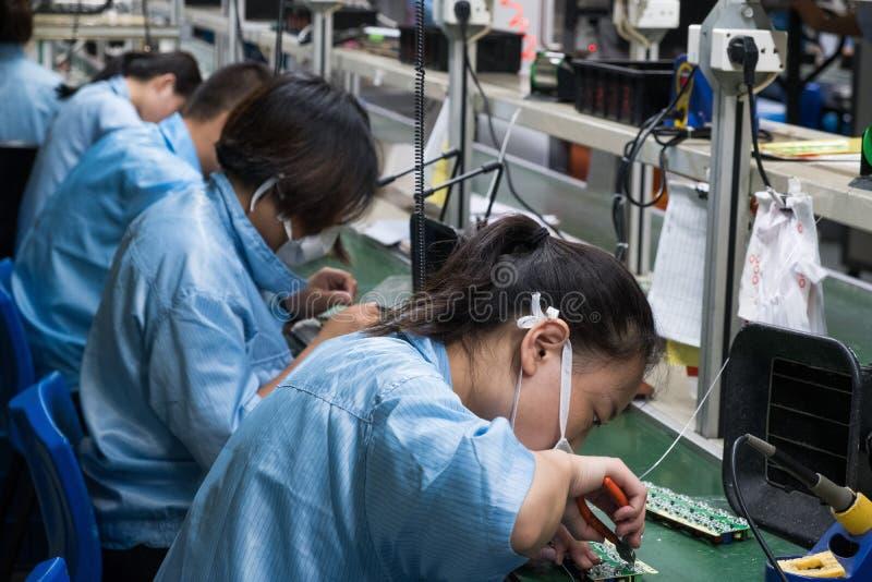 Industria femenina Manufa de los obreros chinos asiáticos de la electrónica imagen de archivo libre de regalías