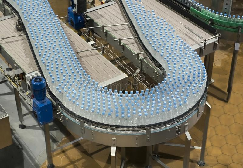 Industria grande del transportador de la botella de agua imagenes de archivo