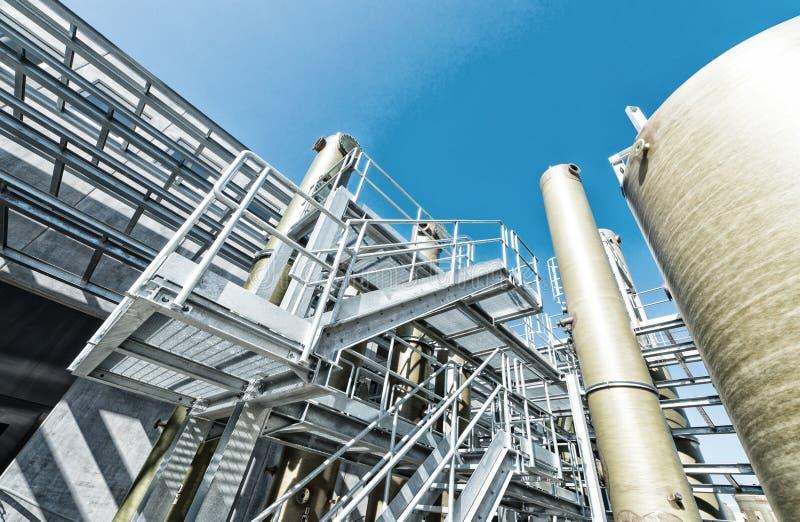 Industria industriale chimica contro il cielo fotografia stock