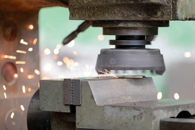 Industria metalúrgica: fresado de metales de alta velocidad con chispas voladoras imagen de archivo libre de regalías