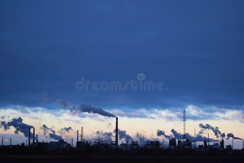 Industria metallurgica contro il cielo fotografia stock