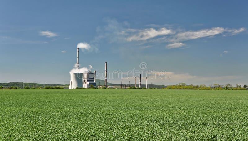 Industria in mezzo alla terra dell'azienda agricola fotografie stock