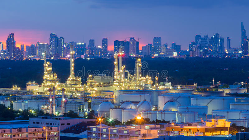 Industria pesada de la refinería con el fondo de la ciudad fotos de archivo