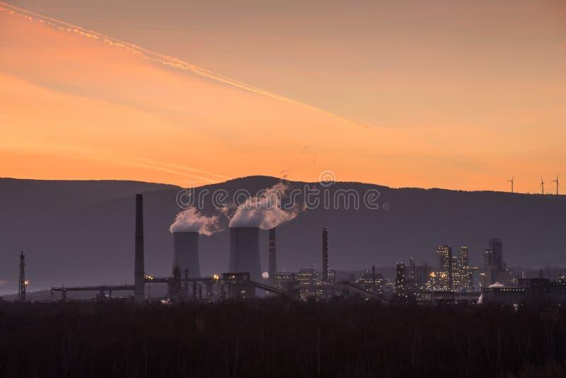Industria pesante, fabbrica petrochimica sul tramonto fotografie stock libere da diritti
