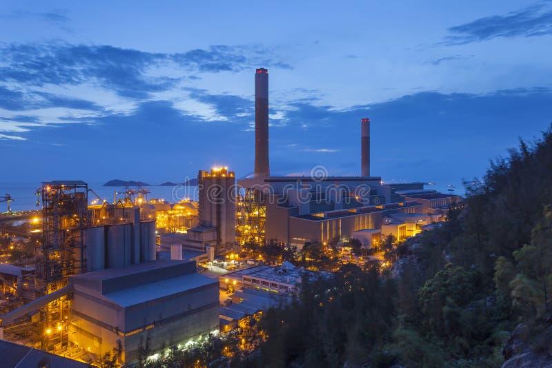Industria petroquímica durante puesta del sol imagenes de archivo