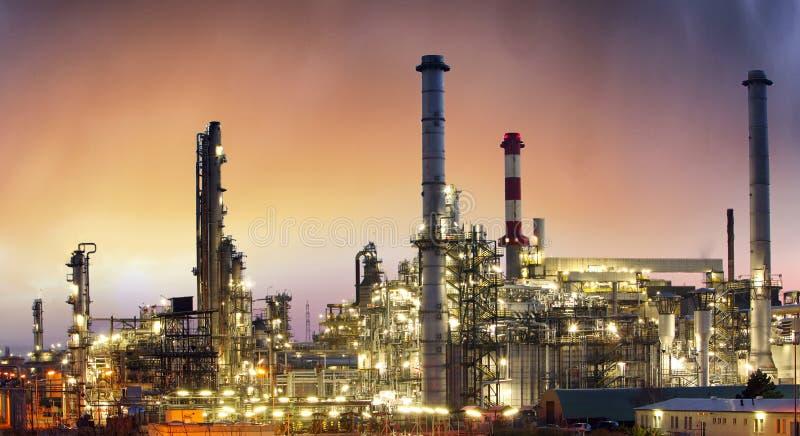 Industria, planta petroquímica del aceite en la puesta del sol foto de archivo libre de regalías