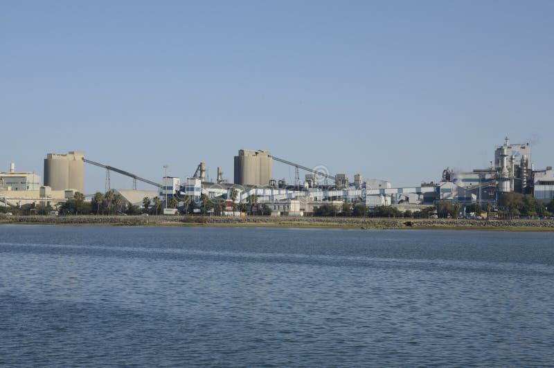Industria química en el puerto fotos de archivo