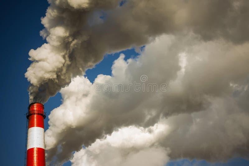 Industria, tubos que fuman fotos de archivo