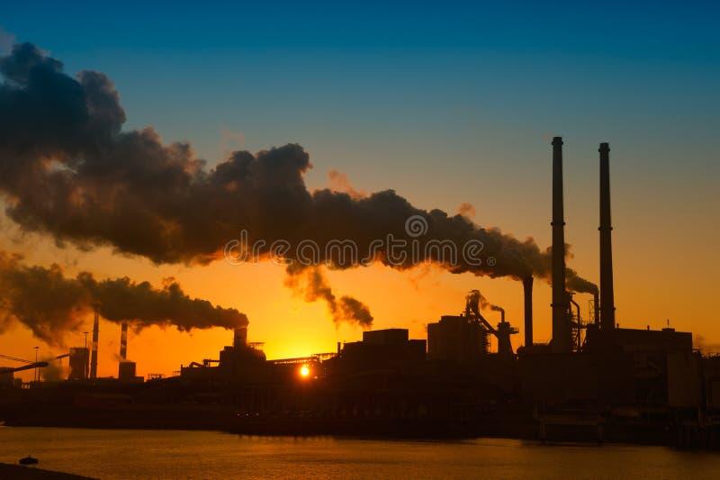 Industria y puesta del sol imagen de archivo