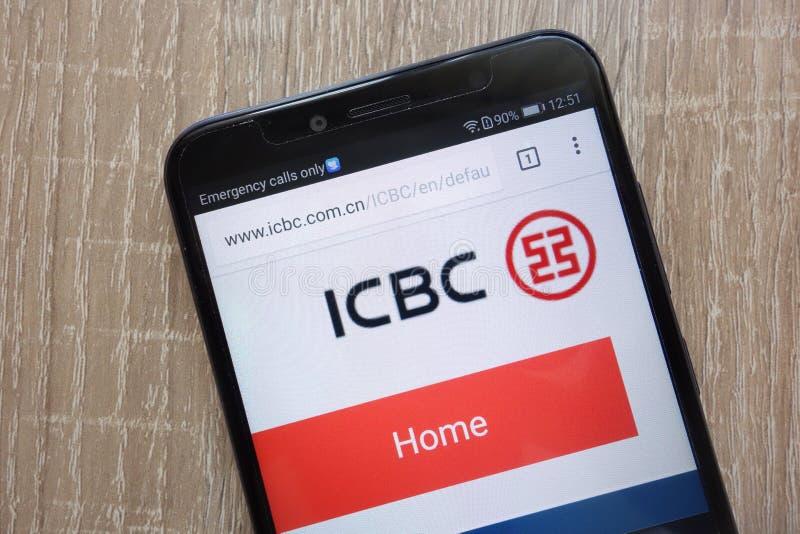 Industrial e Commercial Bank do Web site de China ICBC indicou em um smartphone moderno fotos de stock