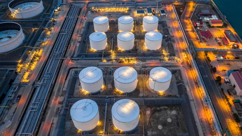 Industrial petroquímico, el tanque de almacenamiento de aceite del tanque de almacenamiento de gasolina en la noche, almacenamien foto de archivo libre de regalías
