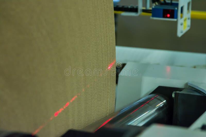 Industriale Industr del rotolo dei rulli di margotta di fabbricazione del cartone fotografia stock
