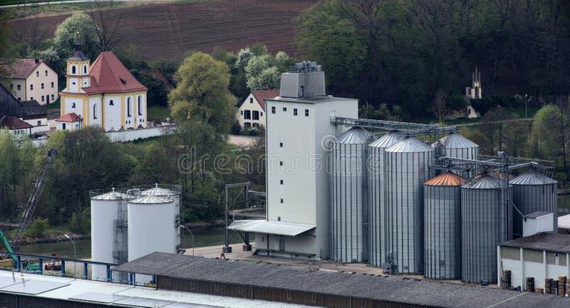 Industrianläggningar av Dietfurt och kyrka av Griesstetten i bakgrunden royaltyfri bild