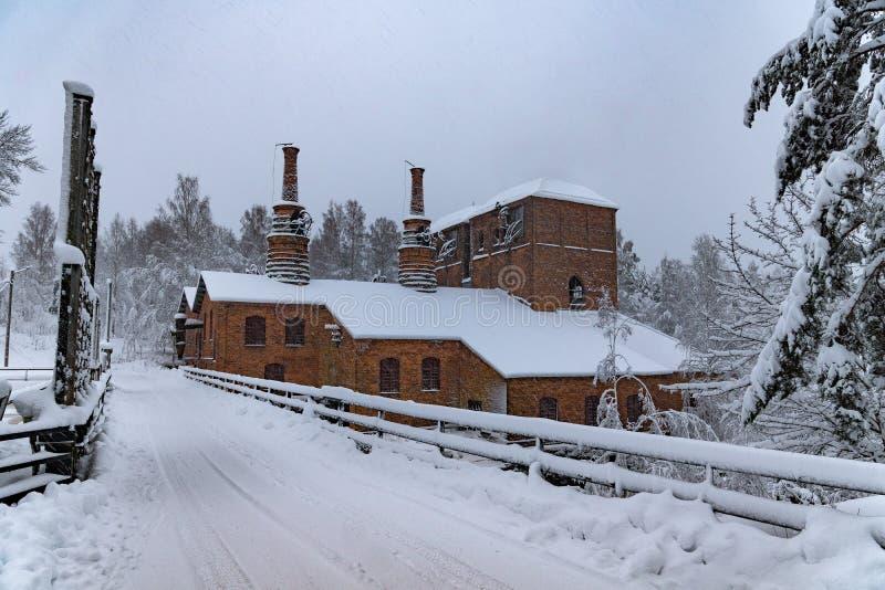 Industrias siderúrgicas viejas cubiertas con nieve en invierno fotos de archivo libres de regalías