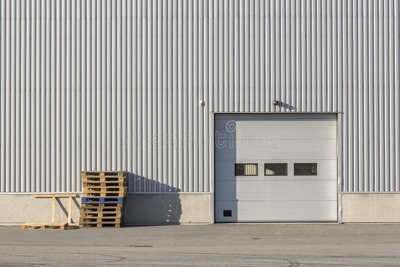Industribyggnad med garagedörren royaltyfria foton