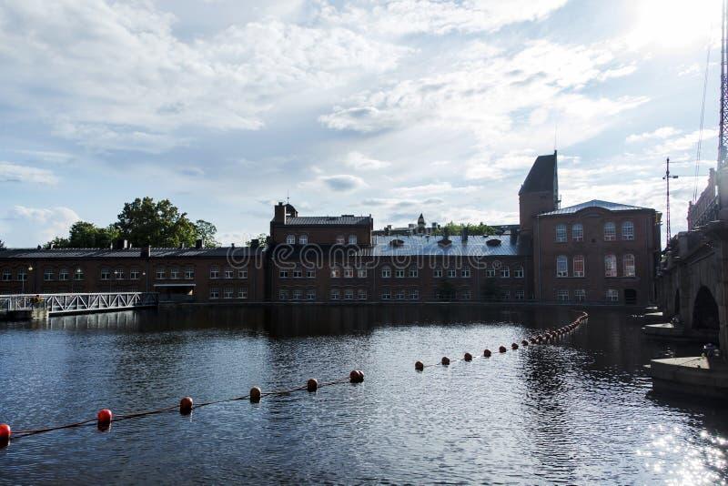 Industribyggnader bredvid floden på Tammerfors, Finland arkivbild