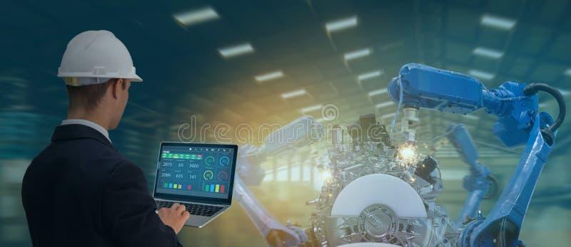 Industrie 4 d'Iot. 0 concepts, ing?nieur industriel employant le logiciel augment?, r?alit? virtuelle dans le comprim? ? surveille images stock