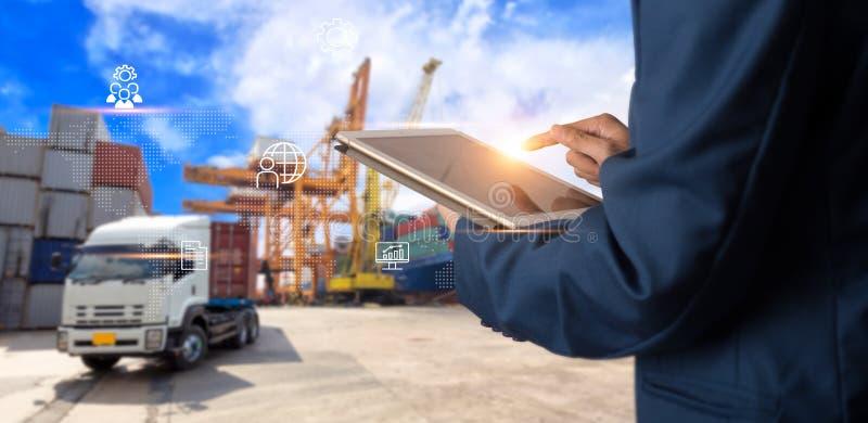 Industrie 4 de manager die van de 0 conceptenzakenman tabletcontrole en controle gebruikt stock afbeelding