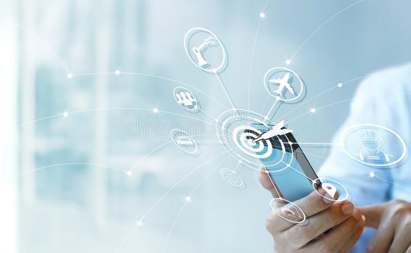 Industrie 4 0 die concept, Zakenman smartphone met pictogramteer gebruiken royalty-vrije stock foto's