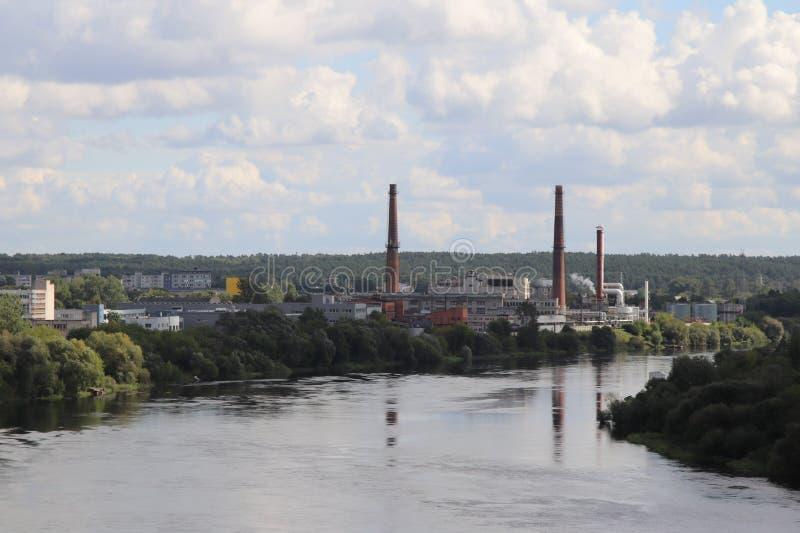 Industrie durch den Fluss lizenzfreie stockfotos