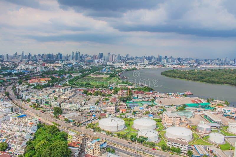 Industrie et la communauté sur la rivière image libre de droits