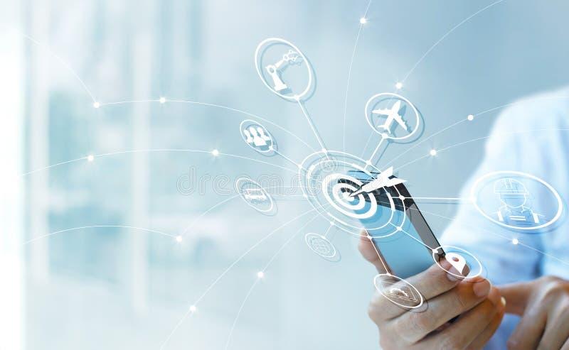 Industrie 4 0 Konzept, Geschäftsmann unter Verwendung des Smartphone mit Ikonenteer lizenzfreie stockfotos