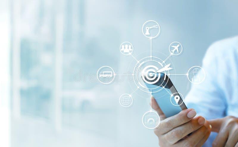 Industrie 4 0 Konzept, Geschäftsmann unter Verwendung des Smartphone mit Ikonenziel und Datenvernetzungsaustausch in den Fertigun stockfoto