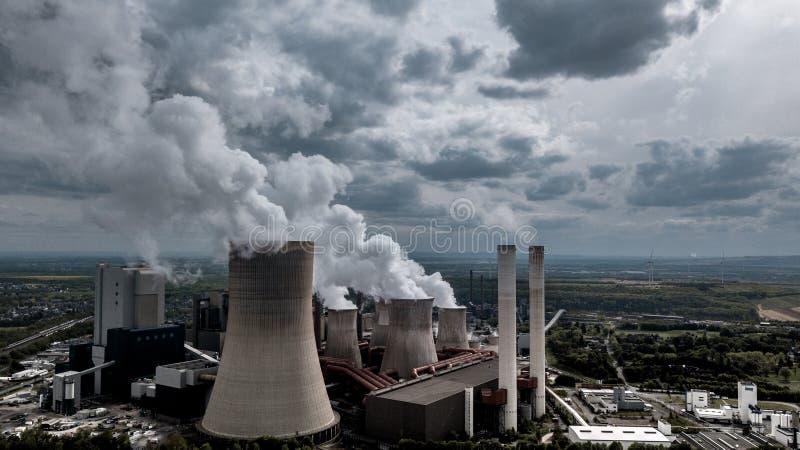Industrie lourde de la station RWE Allemagne de puissance mise le feu par charbon image libre de droits
