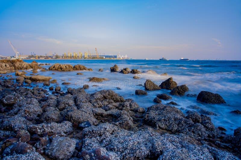 Industrie in Meer und auf Hintergrund des blauen Himmels stockfoto
