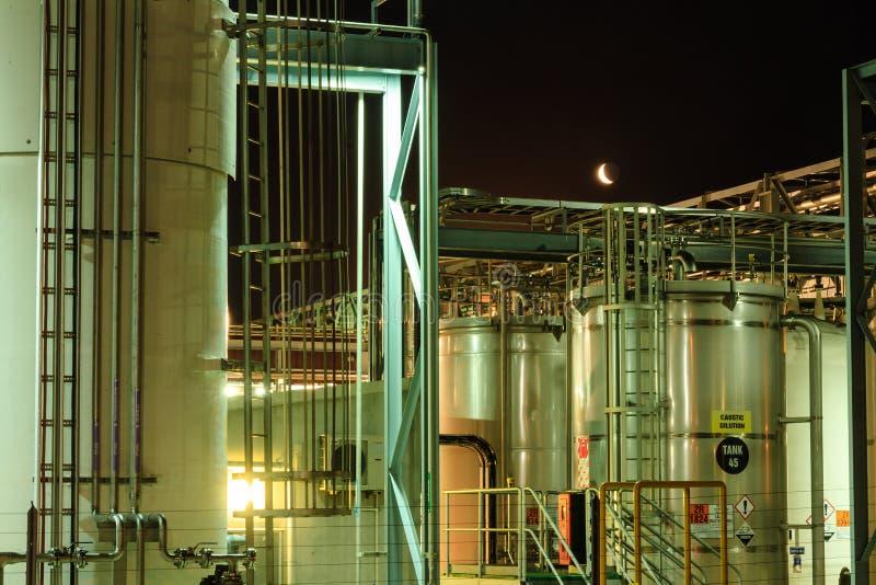 Industrie: Moonrise over het Chemische Landbouwbedrijf van de Opslagtank royalty-vrije stock fotografie