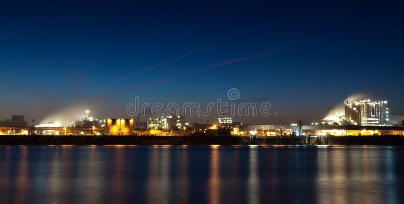 Download Industrie nocą obraz stock. Obraz złożonej z panorama - 53777975
