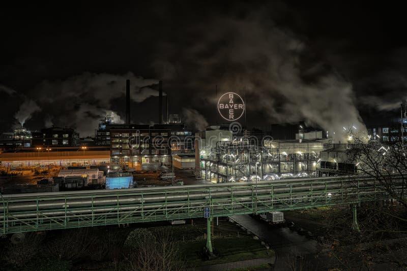 Industrie pendant la nuit avec de la fumée image libre de droits