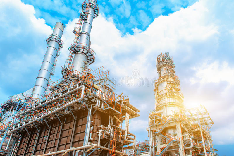 Industrie petrochemische Erdölraffinerie, des Raffinerieöls und des Gases, die Ausrüstung des Ölraffinierens, Nahaufnahme von Roh stockbilder
