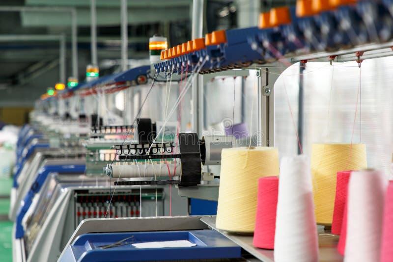 Industrie textile avec les machines ? tricoter images libres de droits