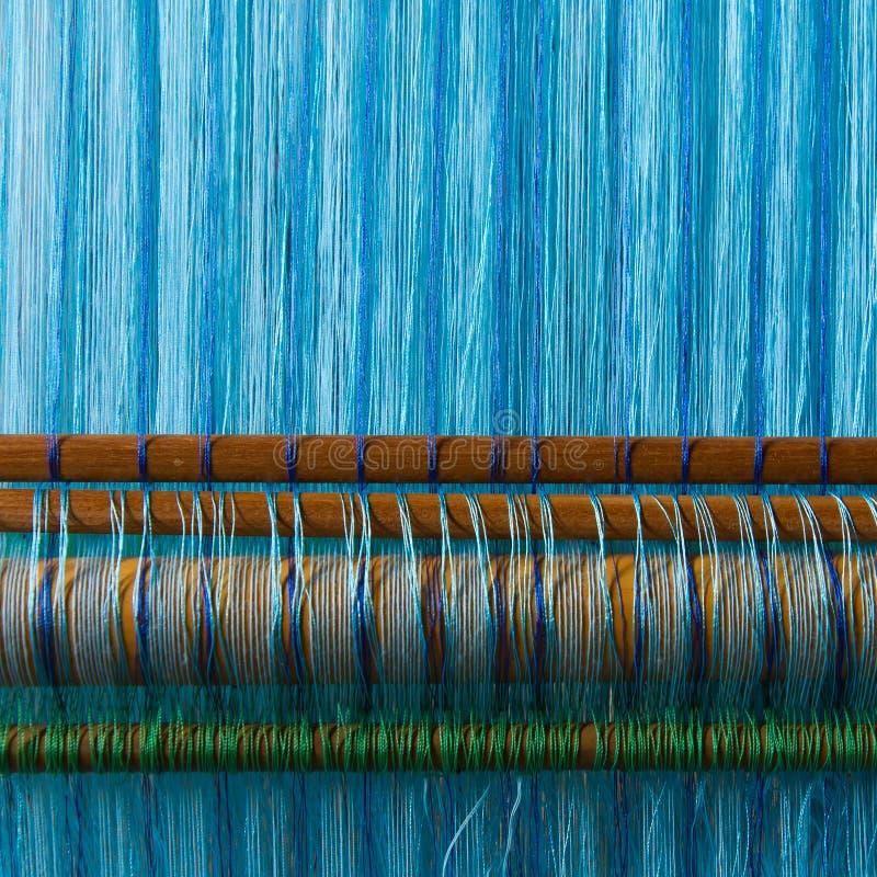 Industrie textile en soie faite main, écharpe en soie sur une vieille machine photographie stock libre de droits