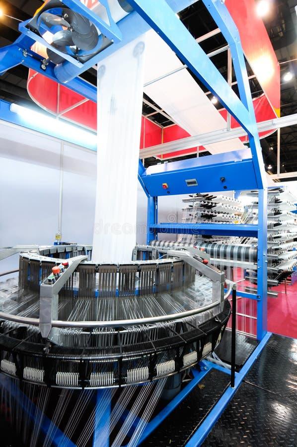 Industrie textile - tissant et se faussant image stock