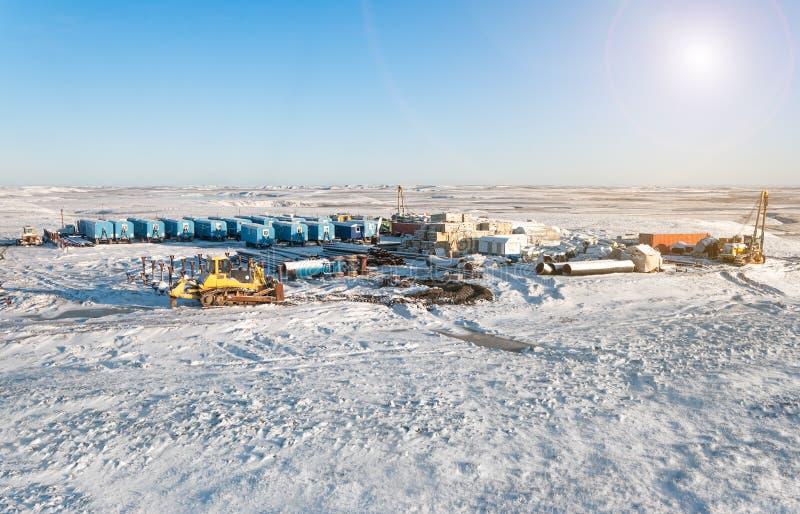 Industrie van de olie en van het Gas De winter industrieel landschap stock afbeelding