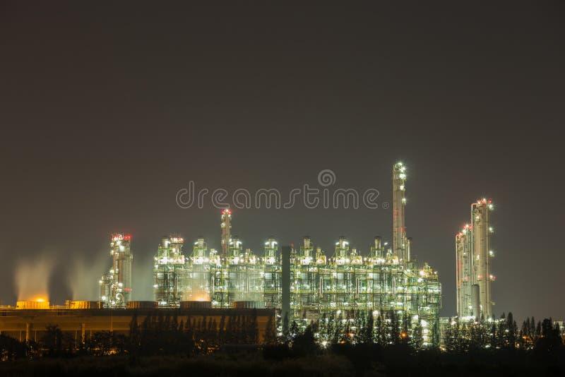 Industrieanlage der Erdölraffinerie nachts stockfoto