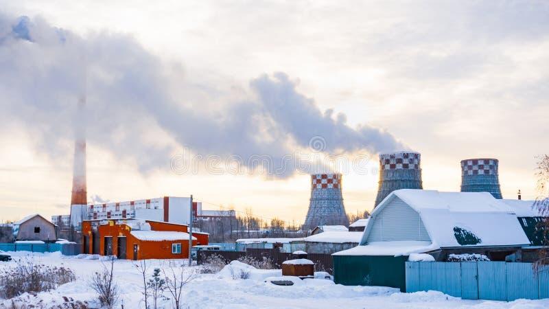 Industrieanlage im Winterrauche lizenzfreie stockfotografie