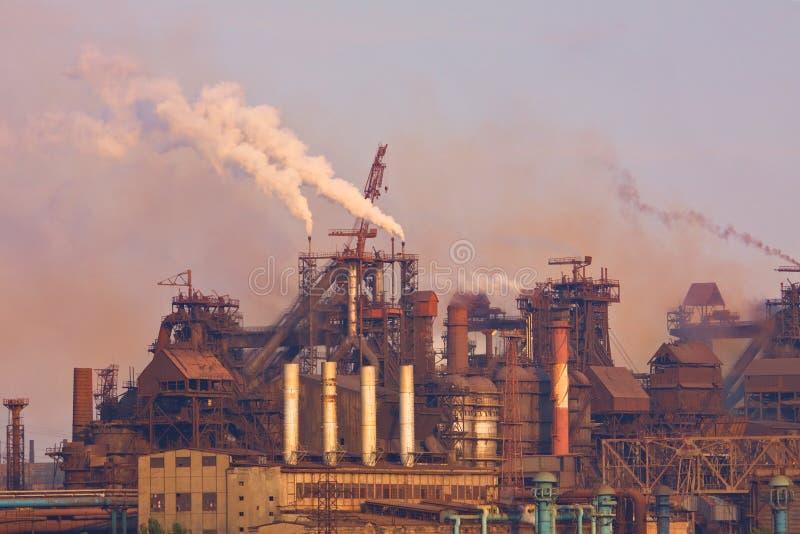 Industrieanlage mit Rauche stockfoto
