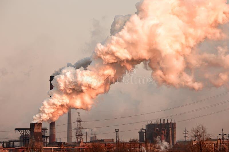 Industrieanlage mit Rauche lizenzfreie stockfotos