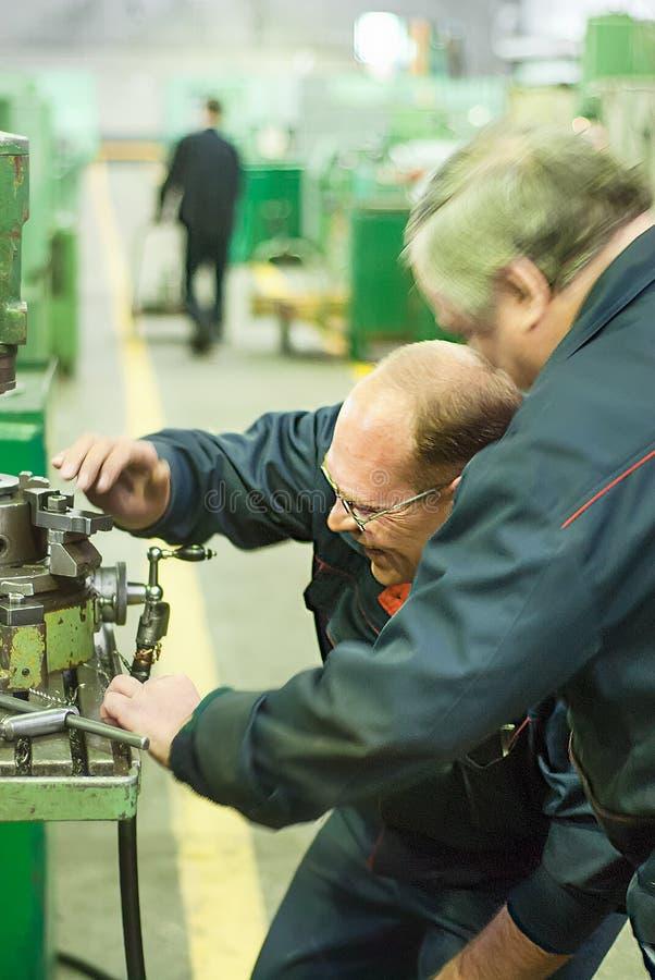 Industriearbeiter, die in der Anlage, Teamwork arbeiten lizenzfreie stockfotografie