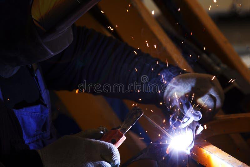 Industriearbeiter am Fabrikschweißensmakro lizenzfreies stockfoto