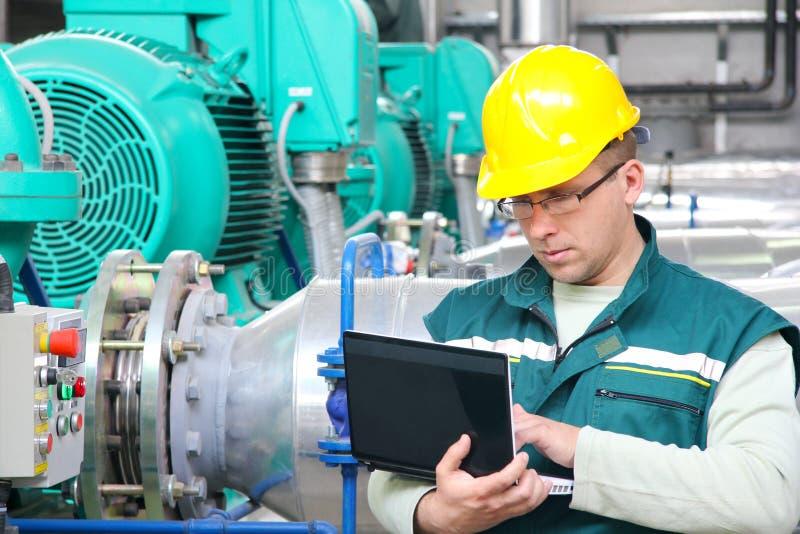 Industriearbeiter mit Notizbuch stockfotografie