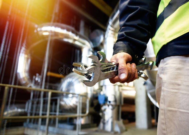 Industriearbeiter mit Schlüssel an der Fabrikwerkstatt lizenzfreie stockfotos