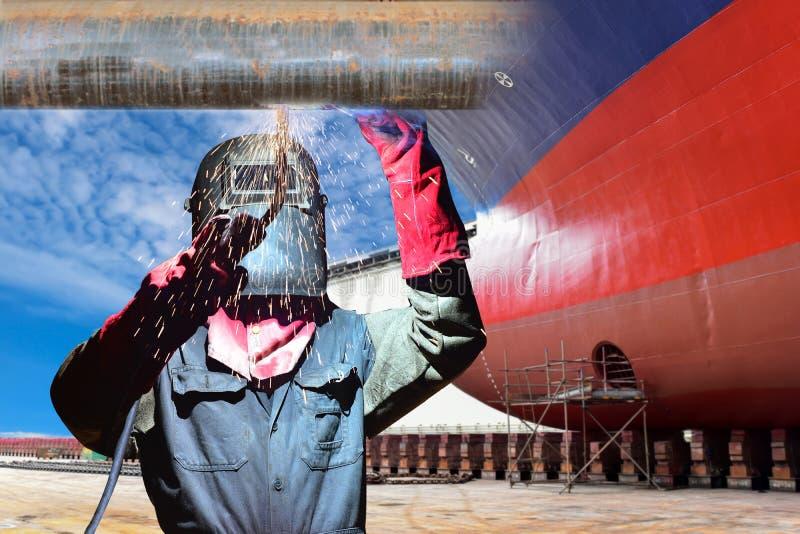 Industrieel bedrijfsconcept met technicusnadruk op lassenprocédé royalty-vrije stock fotografie