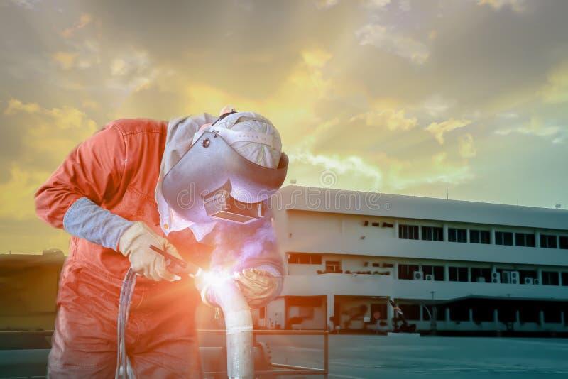Industrieel bedrijfsconcept met technicusnadruk op lassenprocédé Tig stock foto's