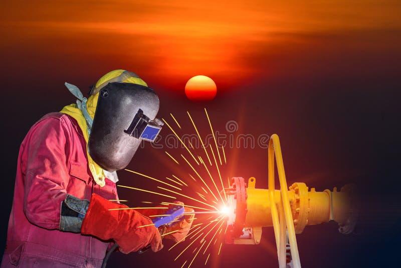 Industrieel bedrijfsconcept met technicusnadruk op lassenproc?d? royalty-vrije stock foto
