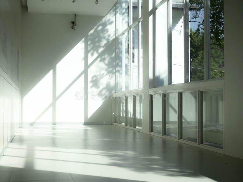 Industrieel binnenland met helder licht die door vensters komen stock foto